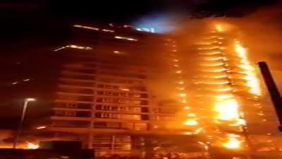 المحتجون يشعلون النيران في شركة الكهرباء، تشيلي، أكتوبر 2019