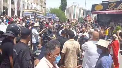 اشتباكات بين الشرطة والمحتجين أمام البرلمان التونسي في باردو، 25 يوليو 2021