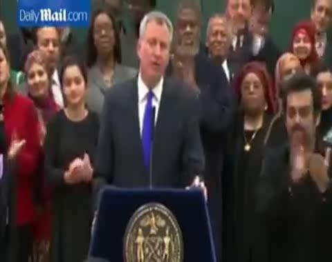 عمدة نيويورك، بيل دى بلازيو، يعلن عيدي المسلمين عطلة رسمية بمدارس المدينة